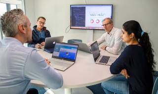 volwassenen in overleg met laptops op de TU Eindhoven