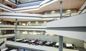Open werkruimte studenten met verschillende verdiepingen