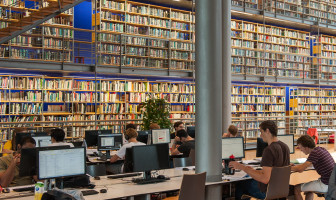 studenten in bibliotheek